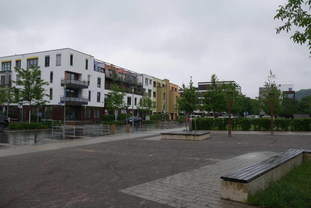 Egeria Platz mit Wohnhäusern und Spielplatz im Hintergrund, Alte Weberei in Tübingen